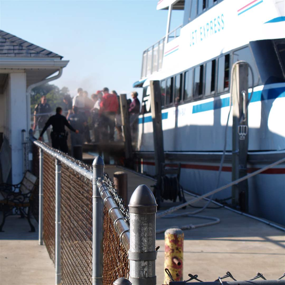 Jet-Express-passengers-evacuate-at-Put-in-Bay