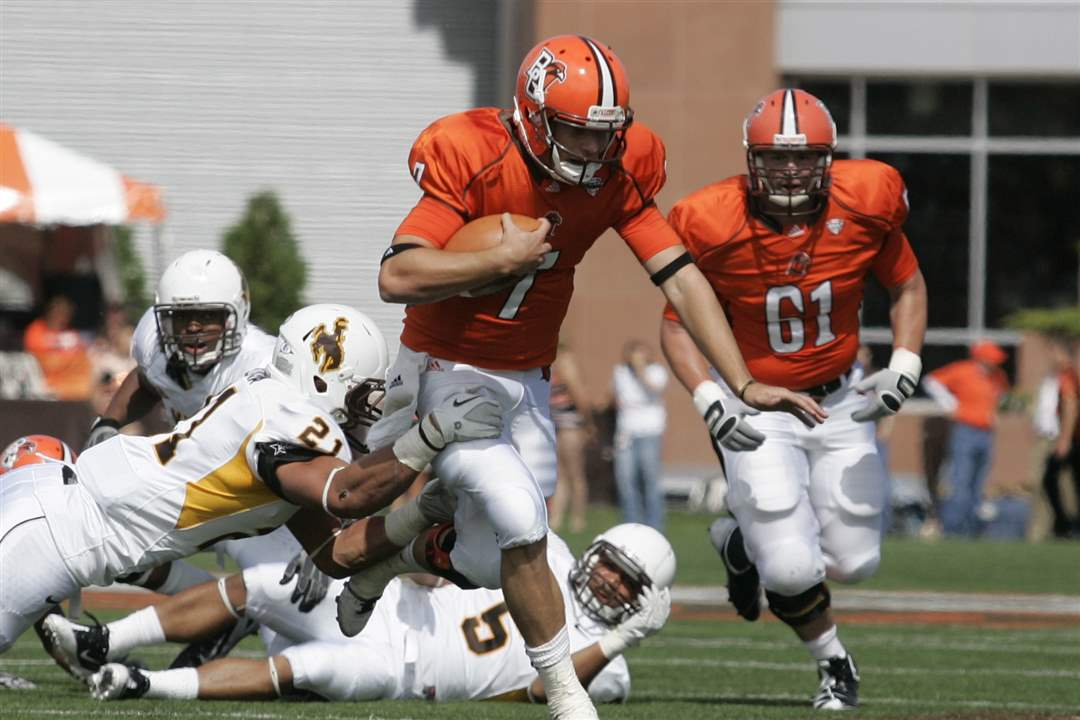 BGSU-quarterback-Matt-Schilz-runs-with-the-ball
