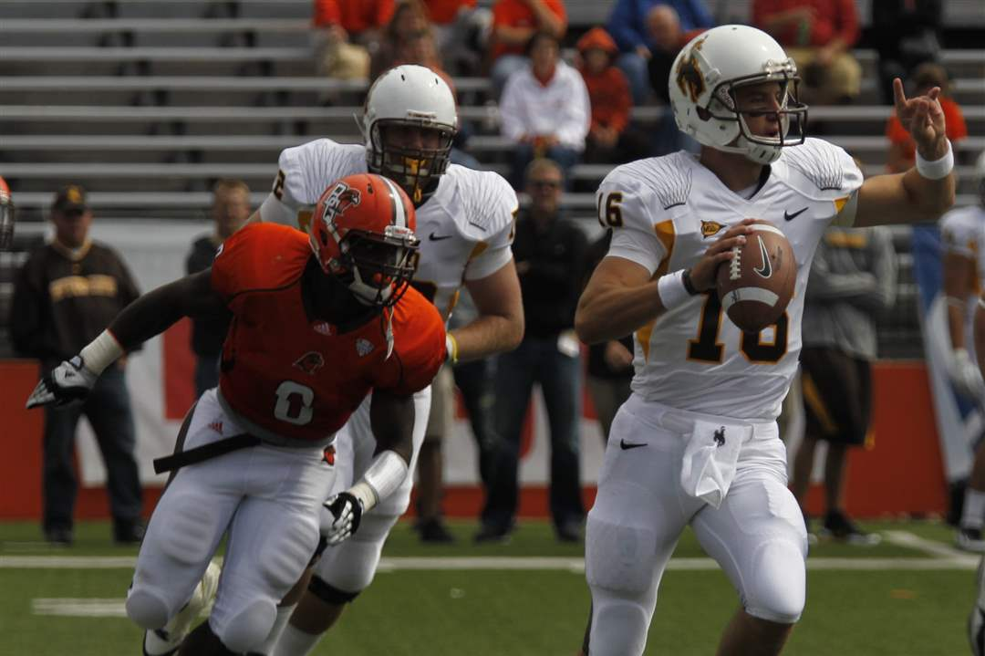 Wyoming-quarterback-Brett-Smith-looks-for-receiver