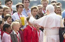 Pope-Benedict-XVI-Tegel-airport-Berlin-children