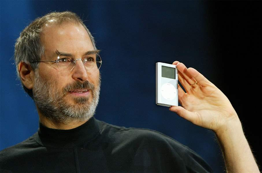 Steve-Jobs-mini-iPod-2004