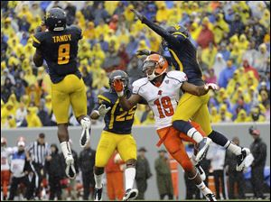West Virginia's Keith Tandy pulls down an interception in front of BG'