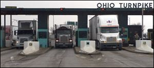 A  line of trucks exit the Ohio Turnpike at I-280.