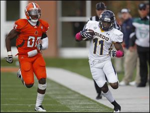 Toledo's Bernard Reedy tries to stay in bounds while being pursued by Bowling Green's Aaron Foster (23).