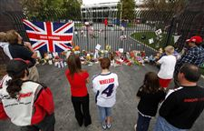 IRL-Wheldon-Tributes-Auto-Racing-fans-look-at-memorial