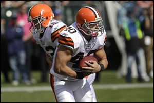Browns running back Peyton Hillis (40) takes a handoff from quarterback Colt McCoy (12) against the Oakland Raiders on Sunday.