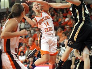 Bowling Green guard Jessica Slagle (14) goes to the net against Purdue forward Sam Ostarello (32).