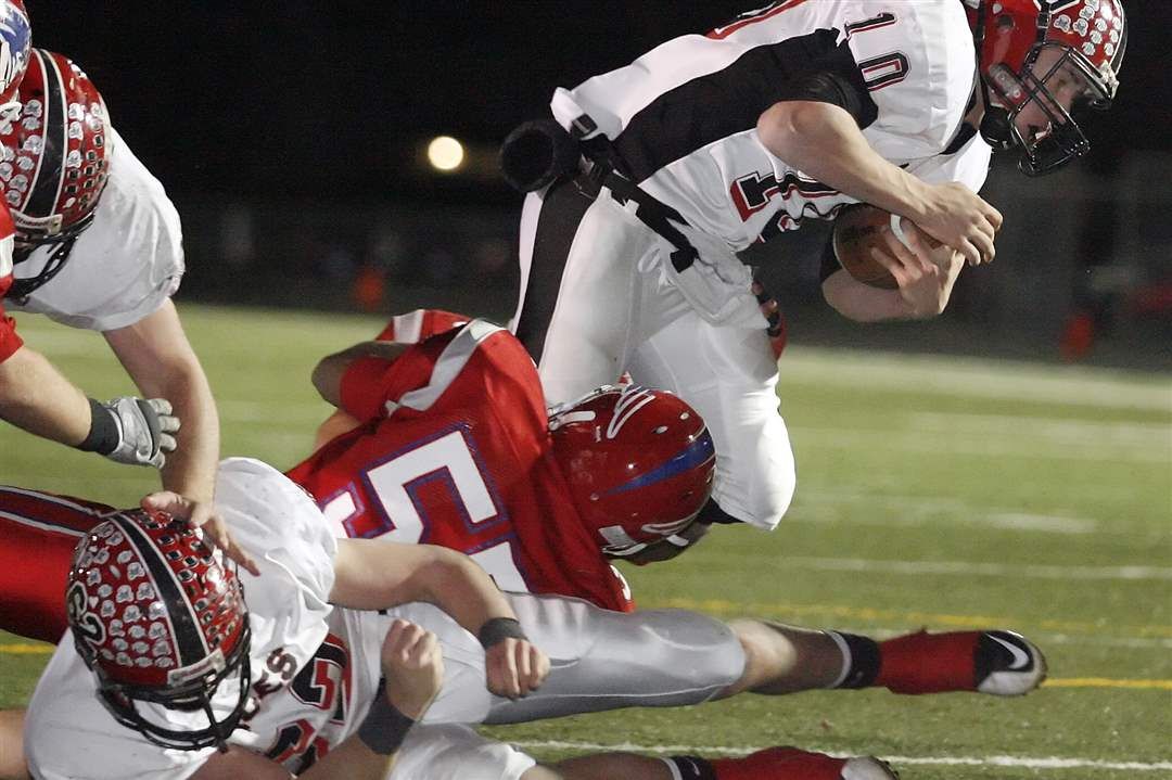 Hicksville-QB-Miller-evades-a-tackle-attempt