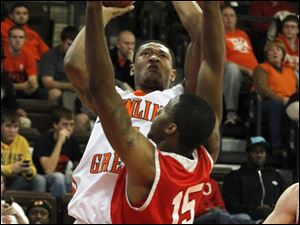 BGSU's A'uston Calhoun is guarded by Austin Peay's Chris Freeman.