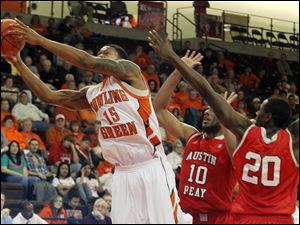 BGSU's A'uston Calhoun reaches past Austin Peay's Will Triggs (10) and Melvin Baker. BG topped Austin Peay 82-72.