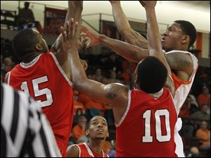 Austin Peay's Chris Freeman (15) and Will Triggs guards A'uston Calhoun.