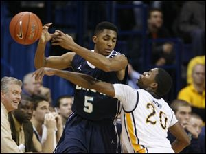 Toledo's Julius Brown (20) knocks the ball away from UNC-Wilmington's Adam Smith (5).