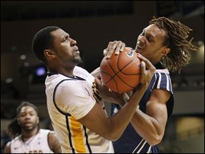 Toledo's DeLino Dear (21) and UNC-Wilmington's Ketih Rendleman (2) battle over a rebound.