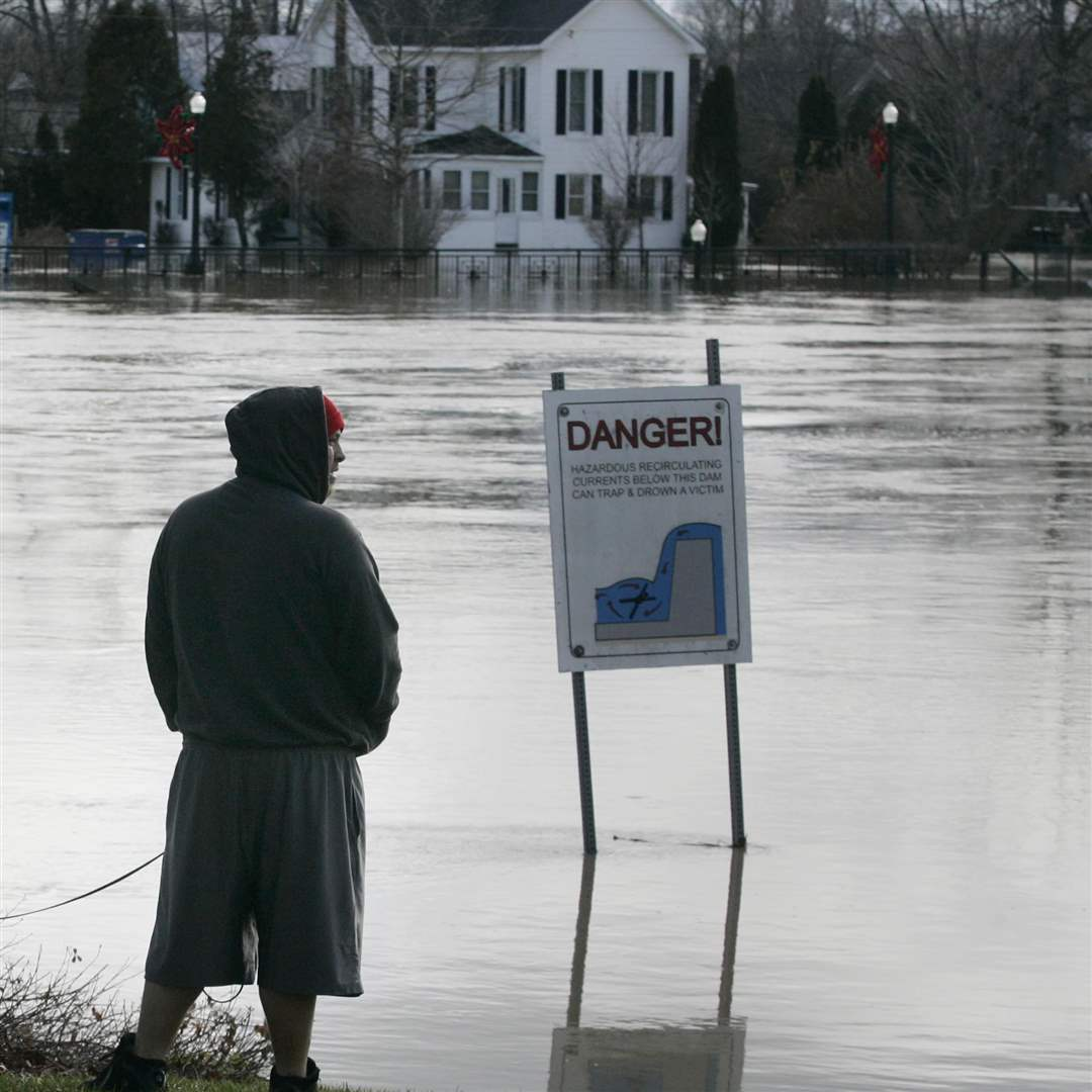 Dundee-resident-John-Rushlow-watches-the-flooded-River-Raisin-in-downtown