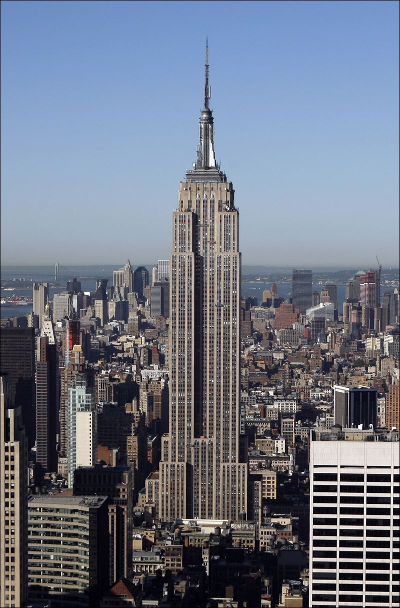 The empire state building built in the 1930s in manhattan is one of