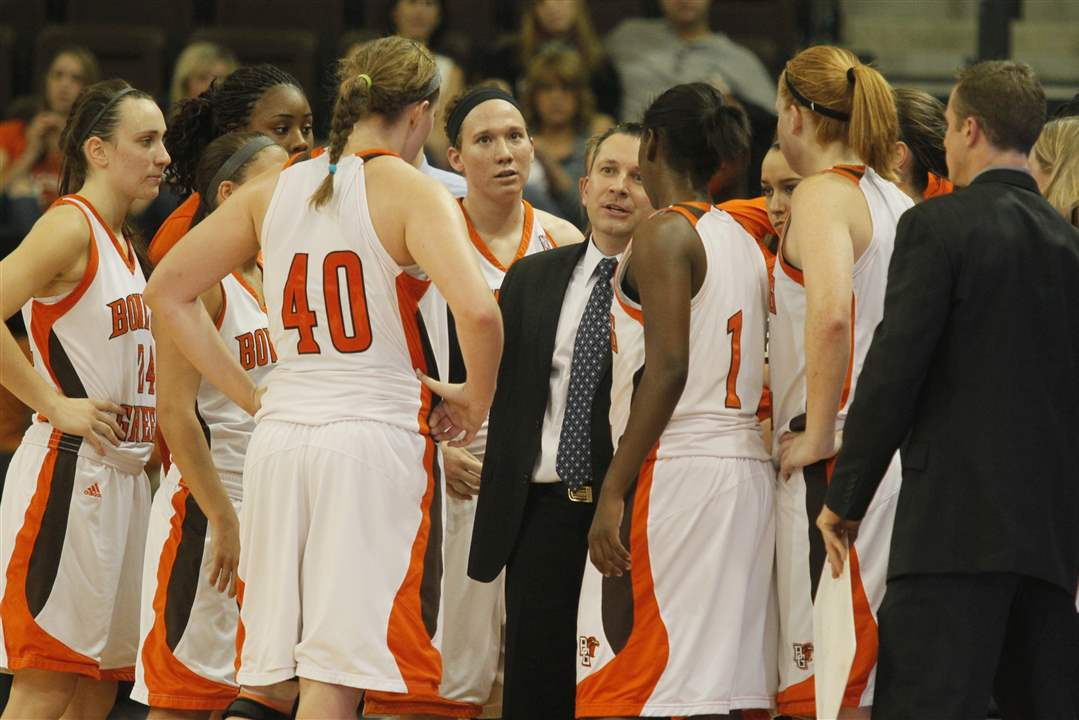 BGSU-coach-Curt-Miller-talks-to-his-players-during-a-timeout