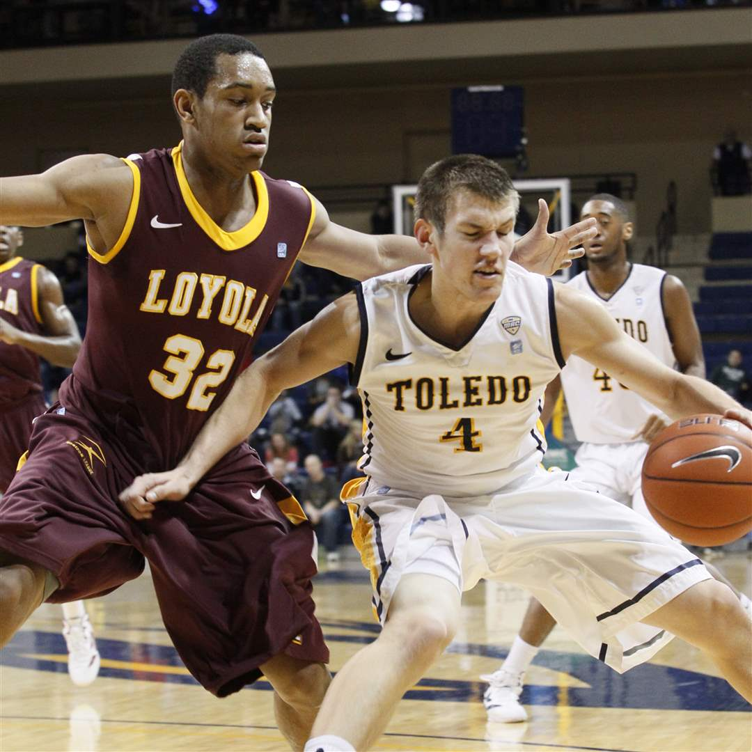 UT-player-Majerle-is-turned-around-by-Loyola-Chicago-s-Christian-Thomas