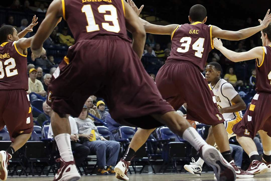 Loyola-Chicago-defense-during-the-first-half