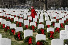 Thousands-at-Arlington-lay-wreaths-at-graves-of-fallen