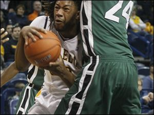 UT's Reese Holliday is guarded by Cleveland State forward Luda Ndaye (24).