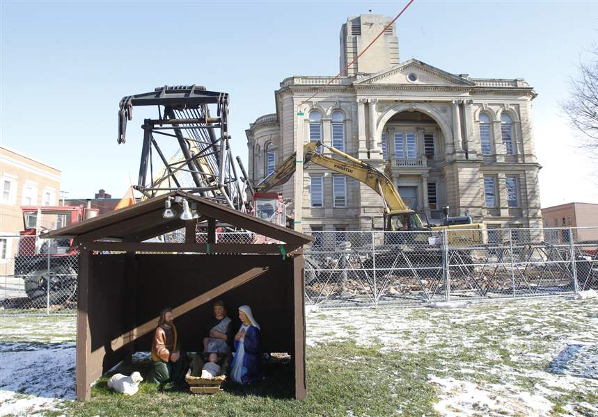 Crews-start-to-demolish-Seneca-Co-Courthouse-3