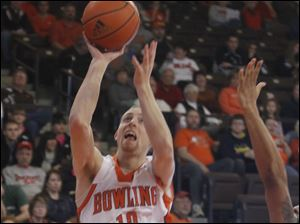 Bowling Green's Scott Thomas moves to make a basket against the Ohio Bobcats.