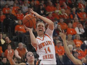 Bowling Green's Jessica Slagle (14) shoots between Akron defenders Hanna Luburgh (14) and Natasha Williams.