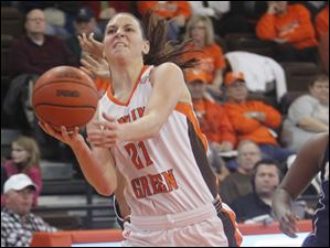 Bowling Green's Chrissy Steffen (21) grabs the ball.