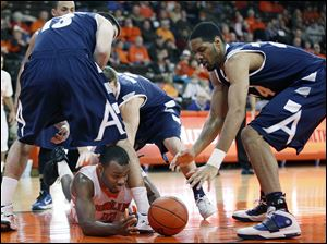 BGSU guard Dee Brown (22) scrambles for a loose ball against Akron center Zeke Marshall (44).