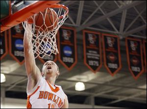 Falcons forward Scott Thomas (10) dunks the ball against the Zips.