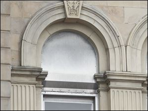 A keystone and arch over the window of the courthouse.