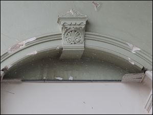 Detail of the keystone and woodwork of the interior of the courthouse are shown.
