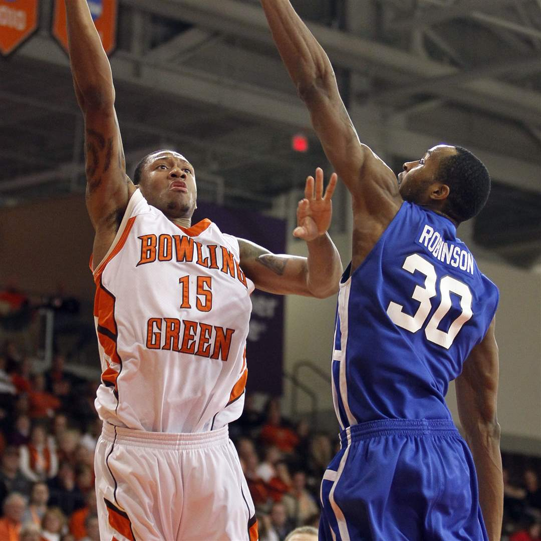 Bowling-Green-State-University-forward-A-uston-Calhoun-15-goes-to-the-net