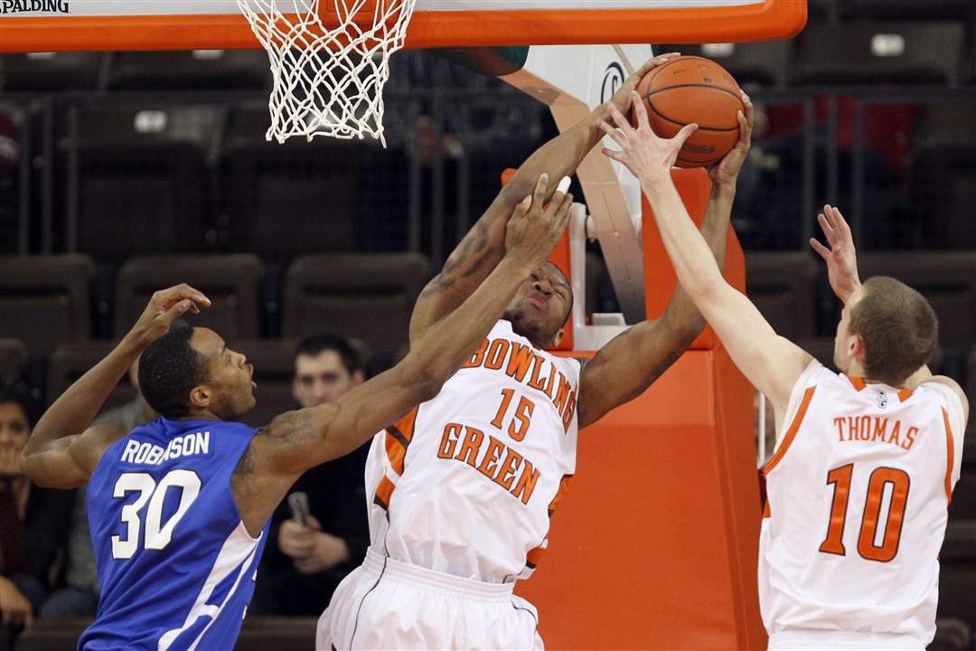 Bowling-Green-State-University-forward-A-uston-Calhoun-15-pulls-in-a-rebound