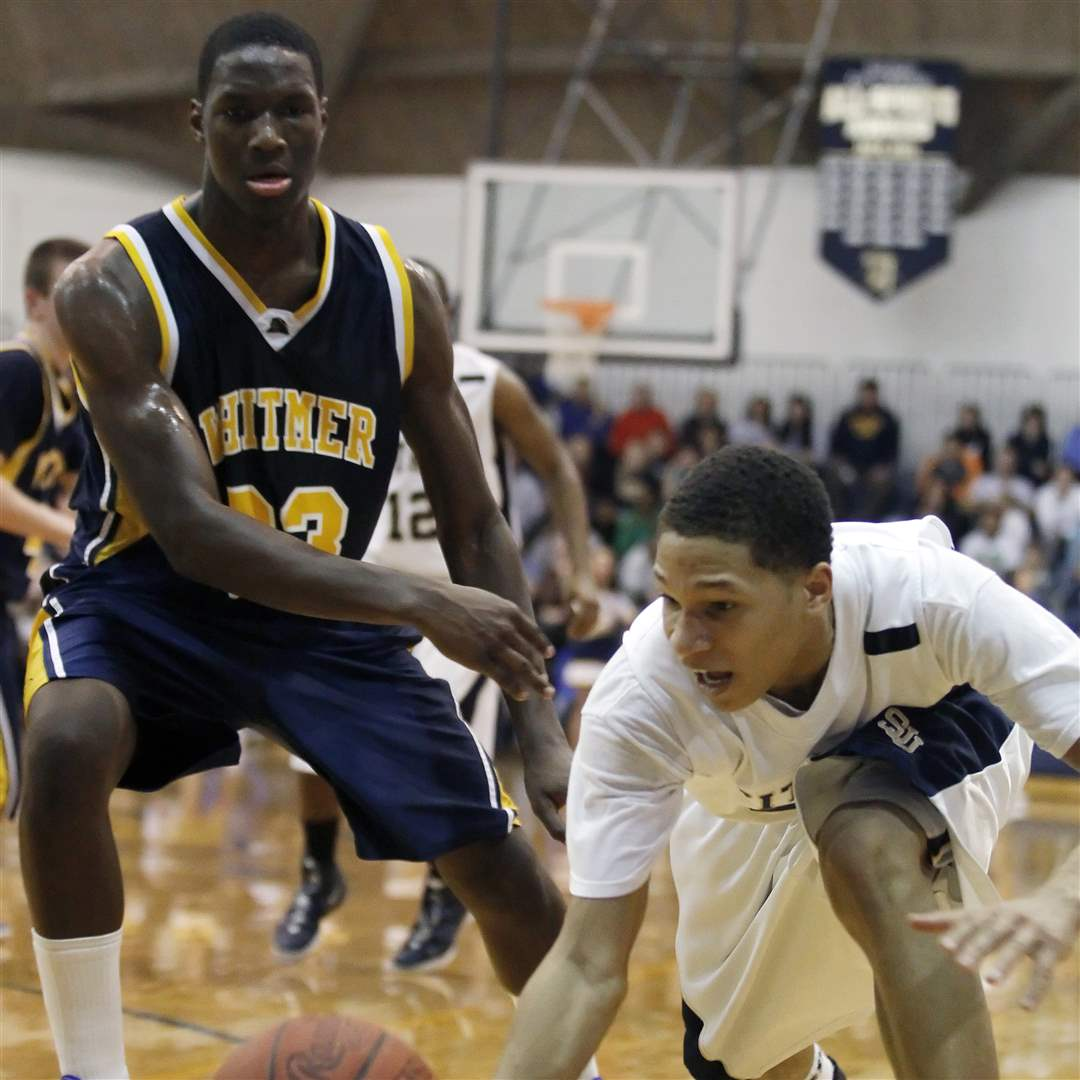 St-John-s-Tyler-Thompson-drives-past-Whitmer-s-Nigel-Hayes