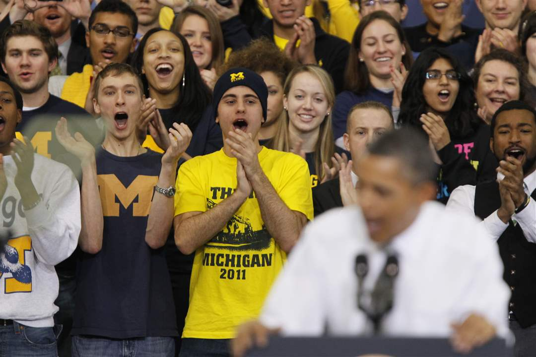 students-applaud-behind-obama-1