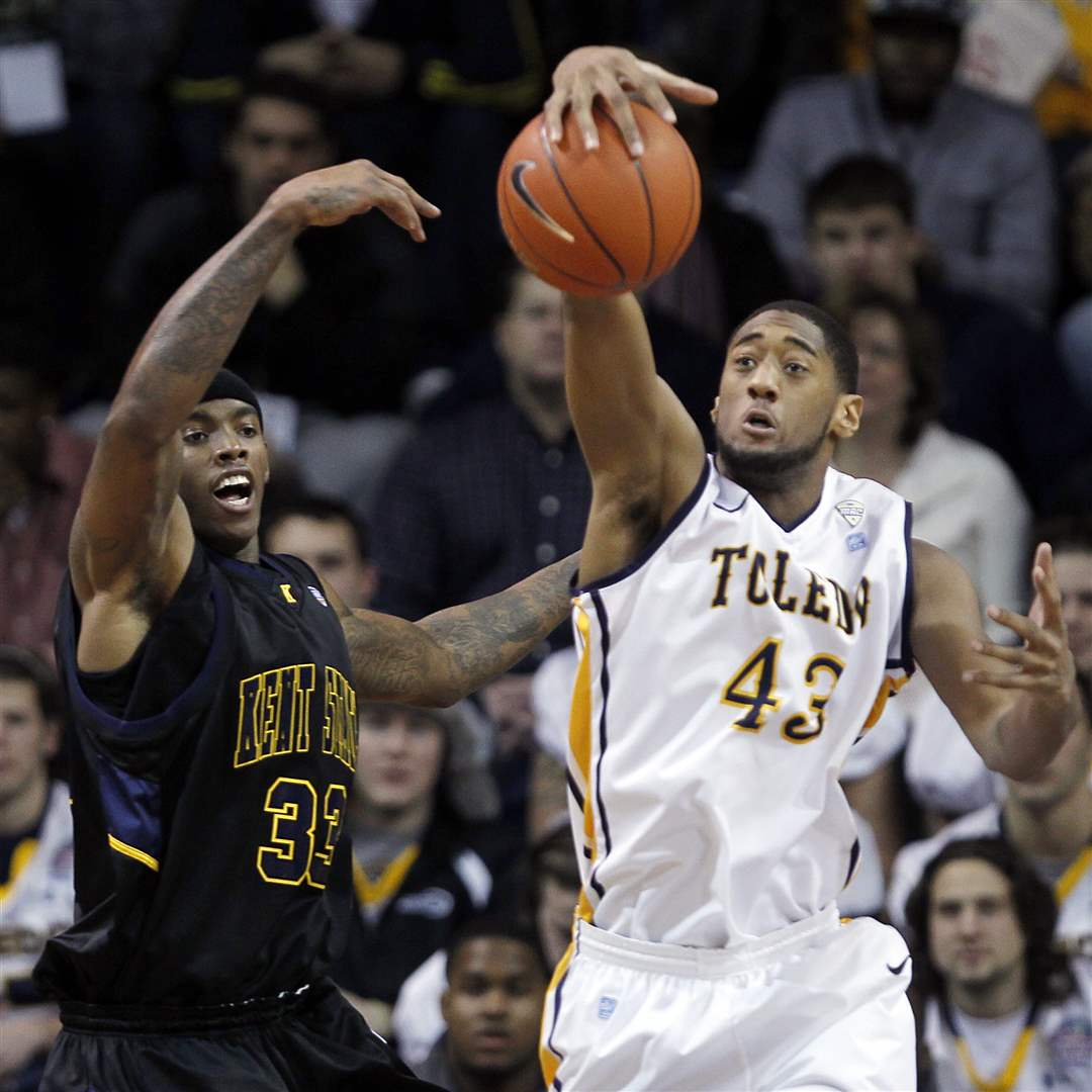 UT-forward-Matt-Smith-battles-for-a-rebound