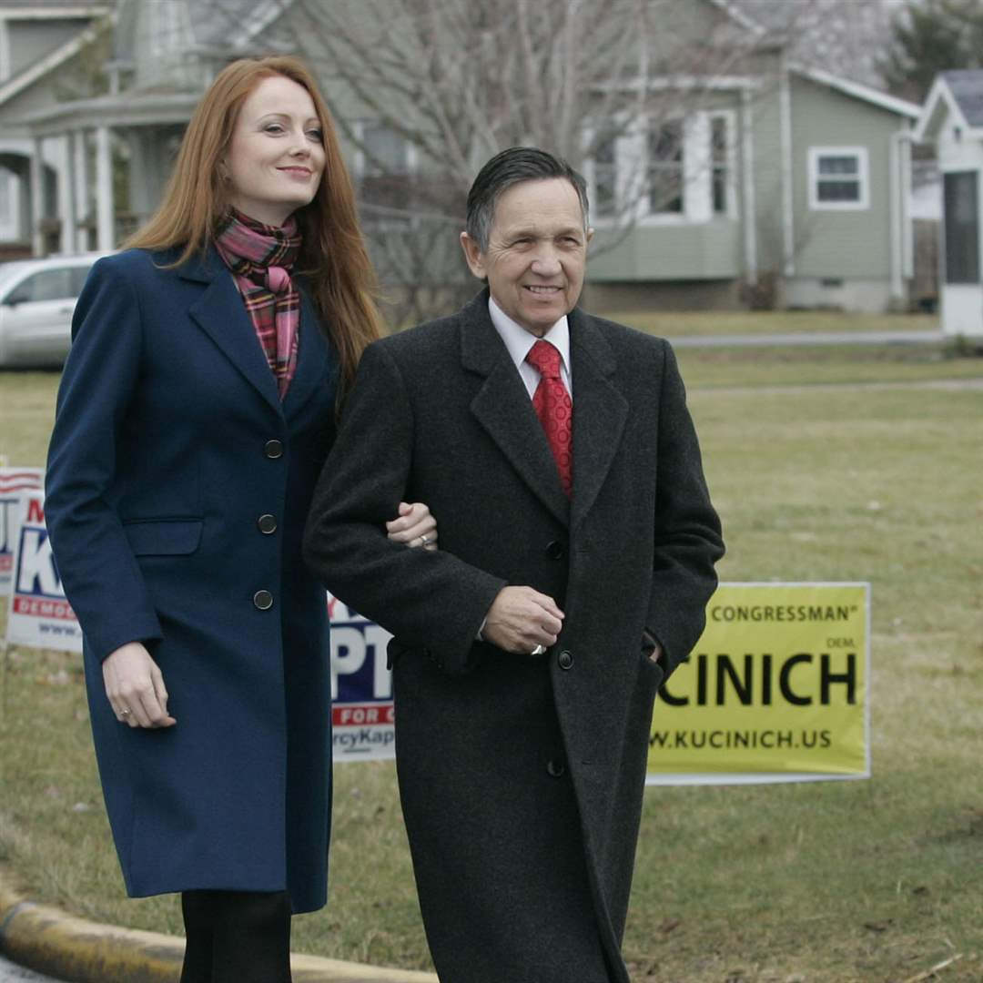 Elizabeth-wife-of-Congressman-Dennis-Kucinich-arrives-to-a-worker-rally