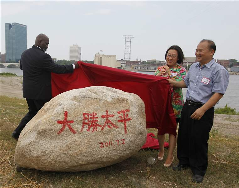 Mayor-Mike-Bell-Yuan-Xiaohong-and-Wu-Kin-Hung-unveil-a-symbolic-rock