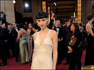Rooney Mara arrives before the 84th Academy Awards on Sunday, Feb. 26, 2012, in the Hollywood section of Los Angeles. (AP Photo/Chris Pizzello)