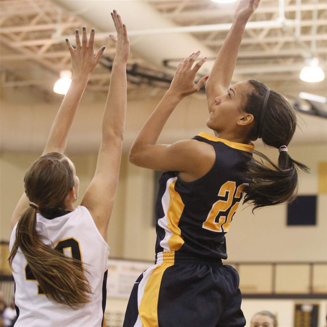 Notre-Dame-s-Jayda-Worthy-shoots-over-Northview-s-Kendall-McCoy