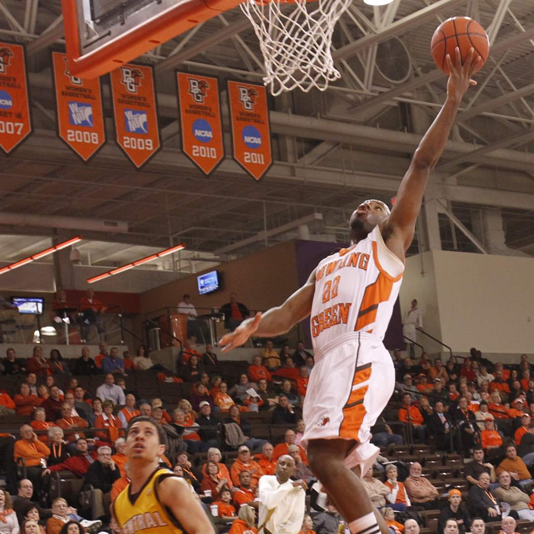 Bowling-Green-Dee-Brown-drives-past-Central-Michigan-Austin-McBroom