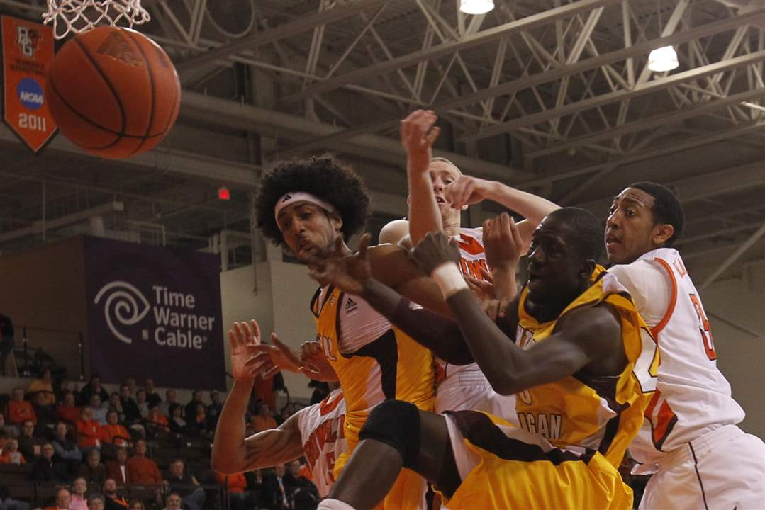 Bowling-Green-Central-Michigan-players-go-for-rebound