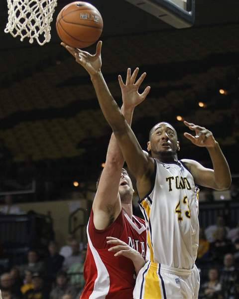 Toledo-forward-Matt-Smith-shoots-over-Miami-Drew-McGhee
