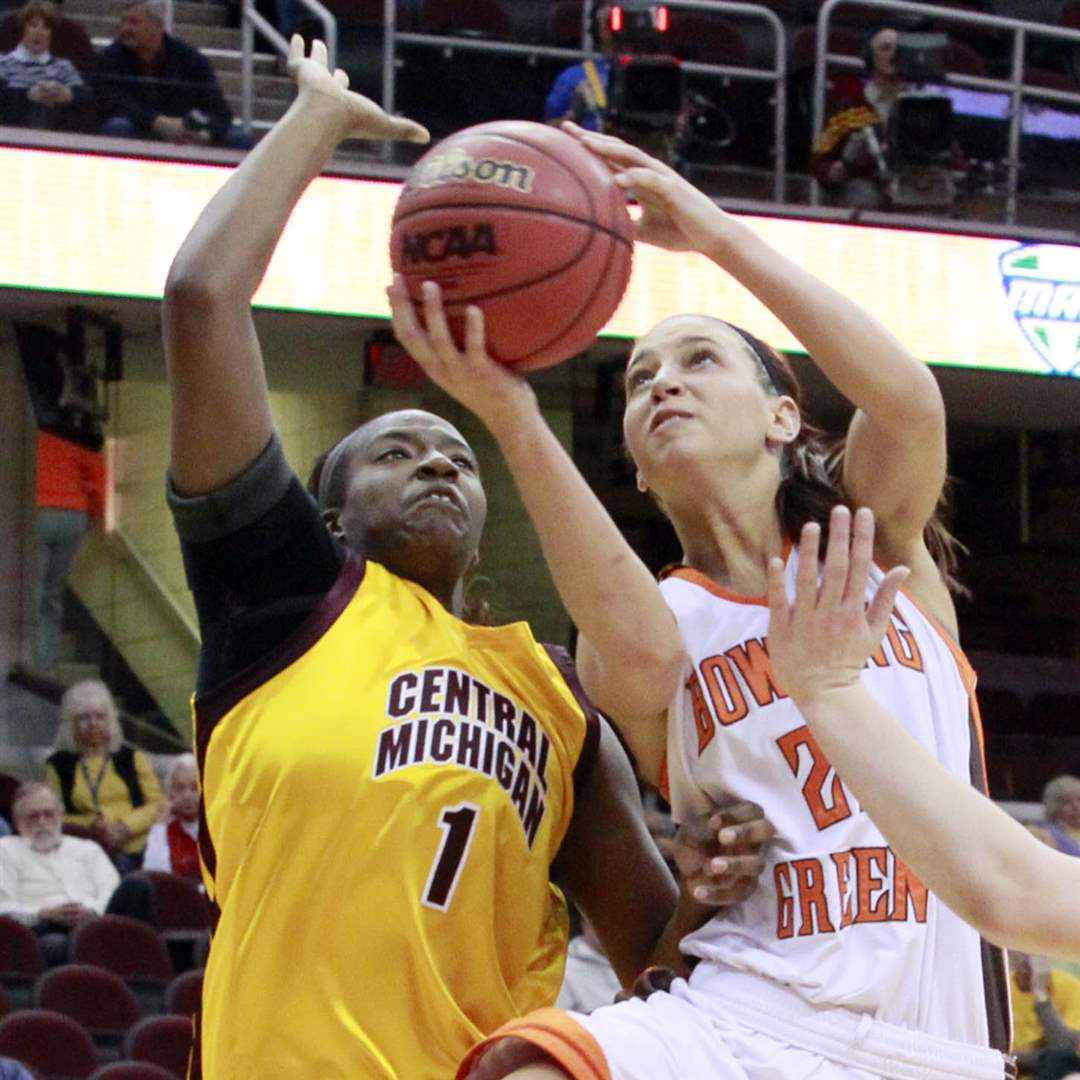 Bowling-Green-Chrissy-Steffen-drives-to-basket-Central-Skylar-Miller