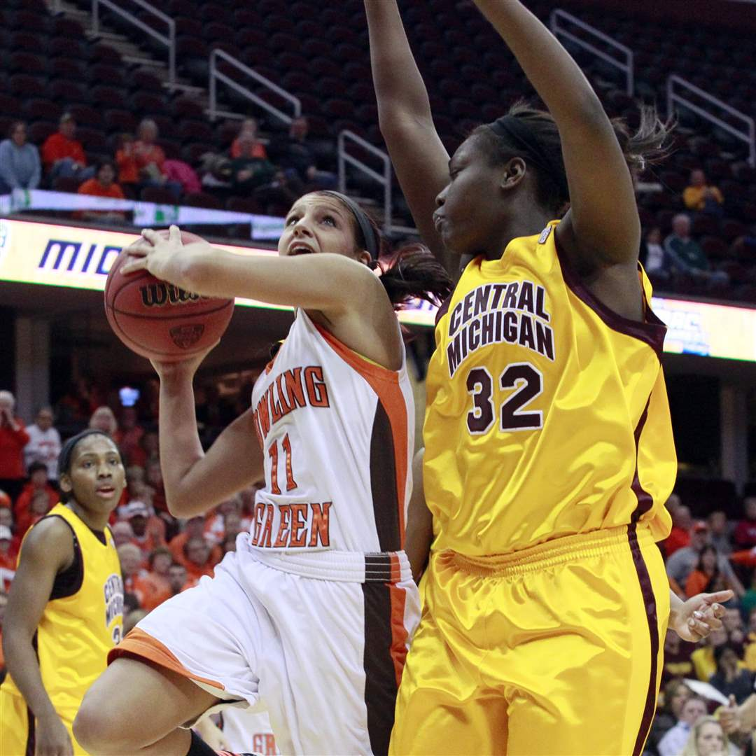 Jillian-Halfhill-drives-to-basket-past-Central-Michigan-s-Jas-Mine-Bracey