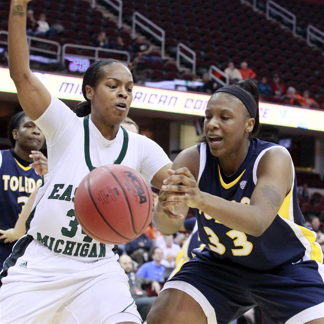 Toledo-Yolanda-Richardson-loose-the-ball-to-Eastern-Michigan-India-Hairston