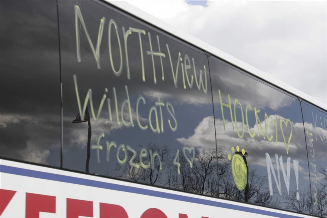 Northview-students-decoarted-the-team-bus-for-the-hockey-team