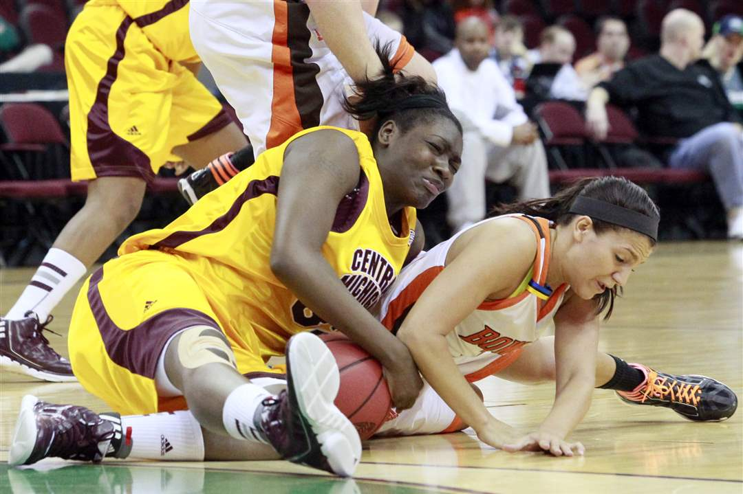 Bowling-Green-Jillian-Halfhill-battles-Central-Michigan-Jas-mine-bracy-for-the-ball
