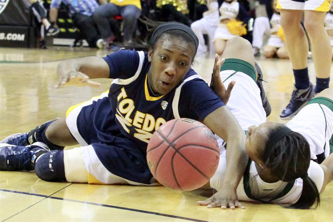 Toledo-Andola-Dortch-scrambles-for-loose-ball